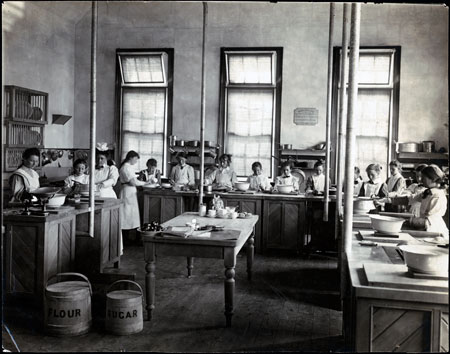 Fig. 4. A Cookery class at Warrnambool school c. 1915