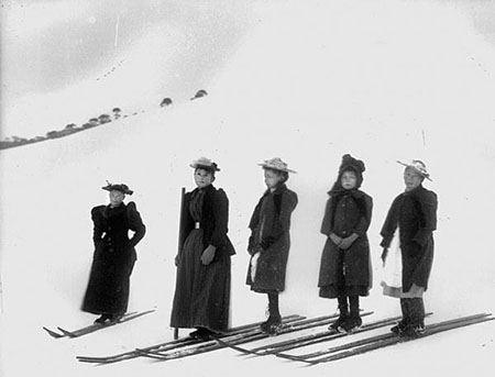Chinese competitors at the start of the Ladies' Snowshoe Races, Kiandra, about 1900