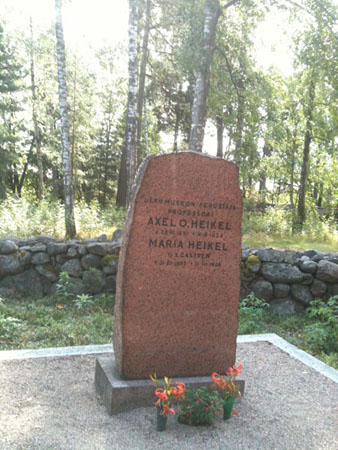 Image of Axel Heikel's grave.
